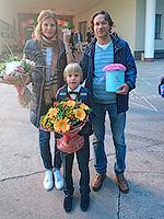 Фото доставки: Первое сентября - это действительно праздник, иначе как объяснить такое количество цветочных композиций на любой вкус!? :) Да и букеты в наших мини-коробках, как раз «школьного» размера!