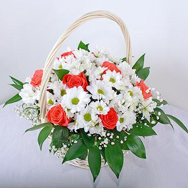 Розы с хризантемами в корзинке