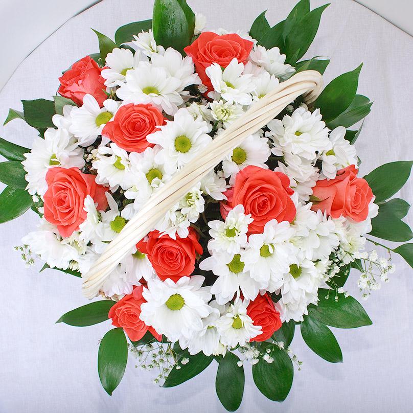 Фото Розы с хризантемами в корзинке