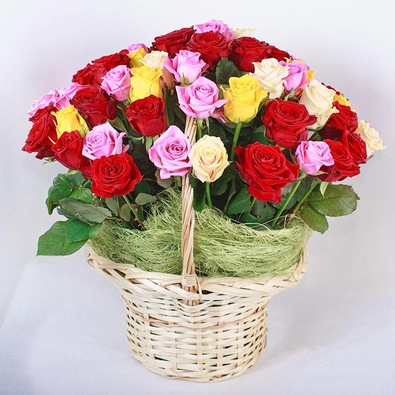Фото 51 роза микс в корзине