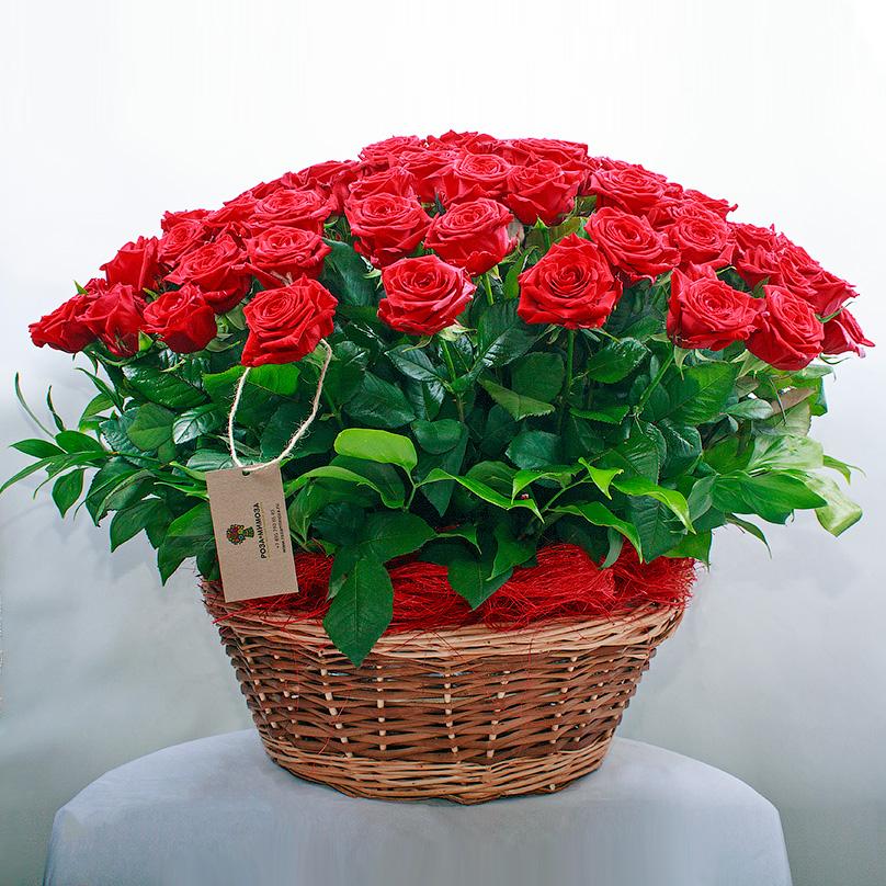 Фото 101 красная роза в корзине