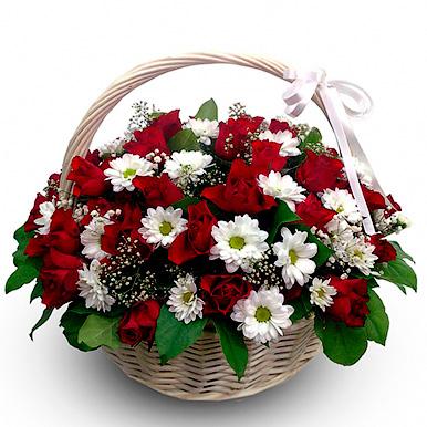 Корзина с хризантемами и розами