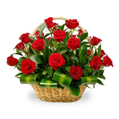 Корзина с красной розой и зеленью