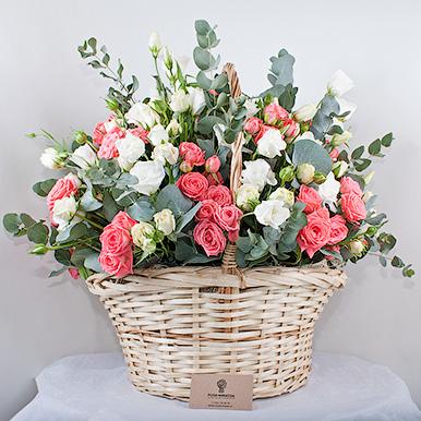 Корзина с кустовой и пионовидной розой