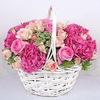 Корзина с розами и гортензией