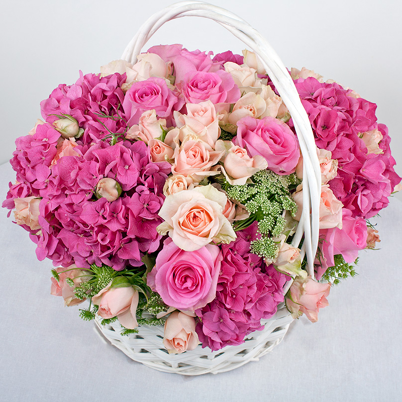 Фото Корзина с розами и гортензией