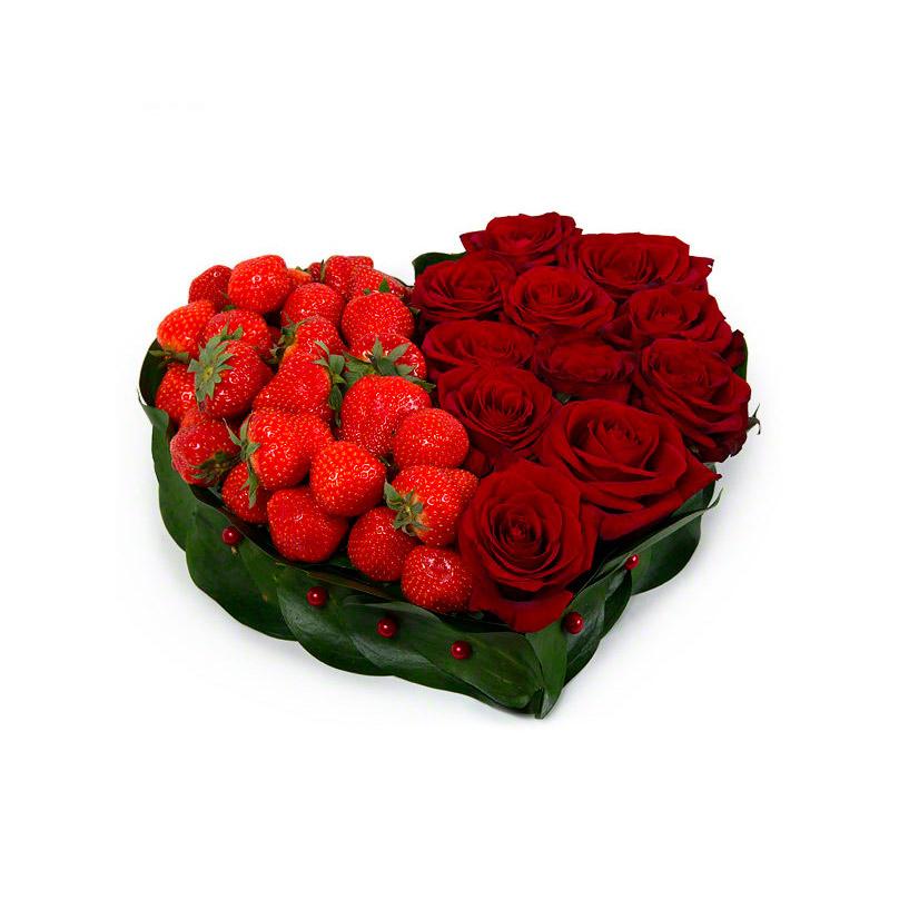 Фото Сердце из красных роз с клубникой