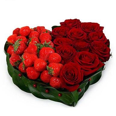 Сердце из красных роз с клубникой