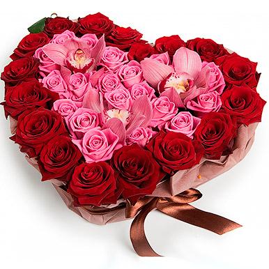 Композиция в форме сердца из роз и орхидей