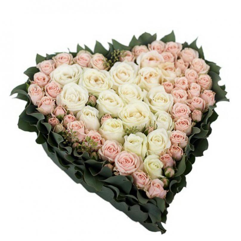 Фото Композиция в форме сердца из белой и кремовой розы