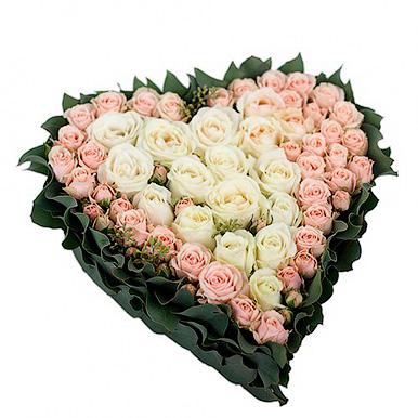Композиция в форме сердца из белой и кремовой розы
