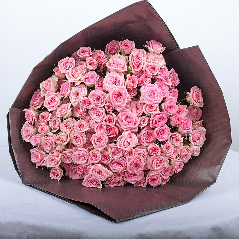 Фото 19 кустовых розовых роз в крафте