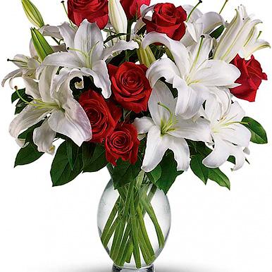 Букет с белой лилией и красной розой
