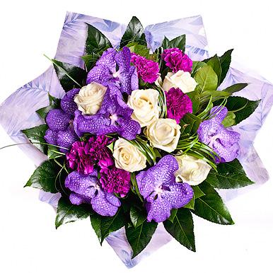 Букет с гвоздикой, розой и орхидеей
