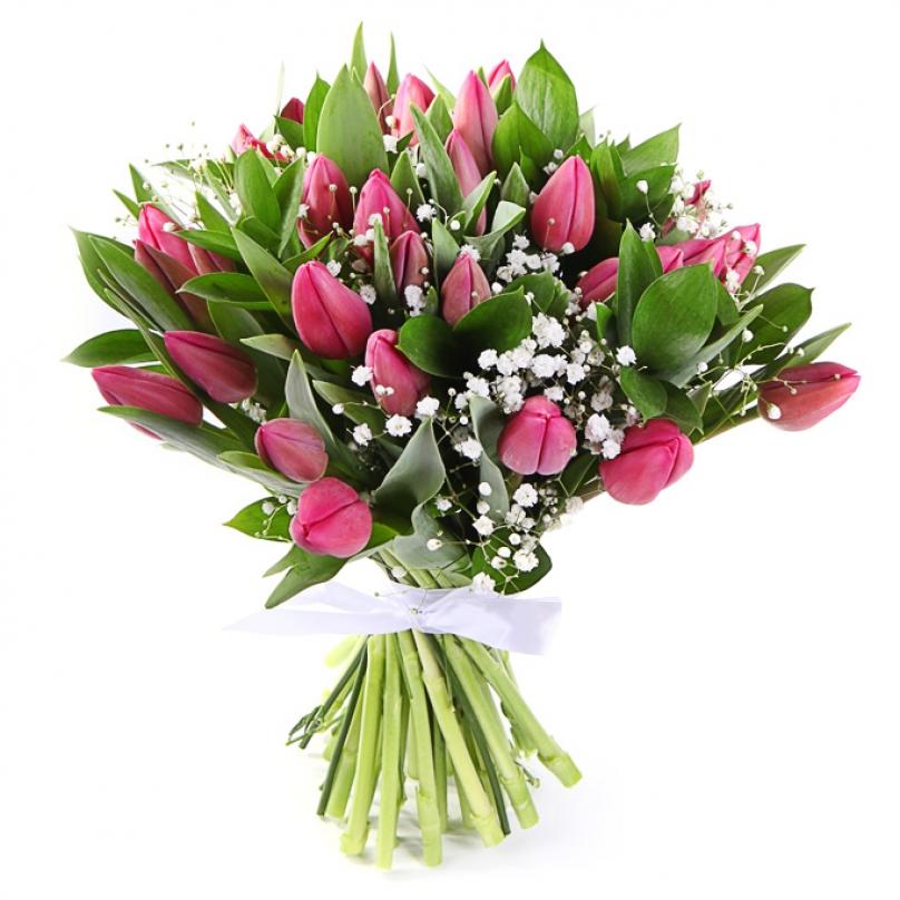 Фото 35 розовых тюльпанов с гипсофилой и рускусом