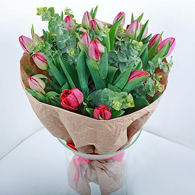 19 красных тюльпанов в крафте
