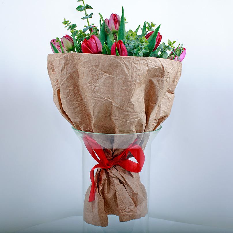 Фото 19 красных тюльпанов в крафте