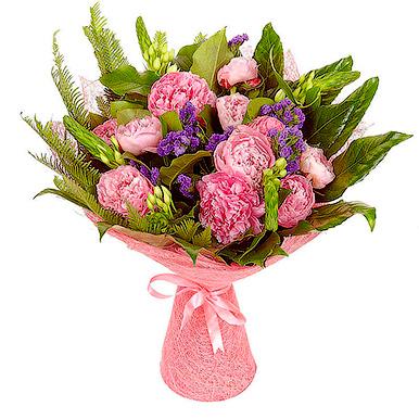 Букет с розовыми пионами и зеленью