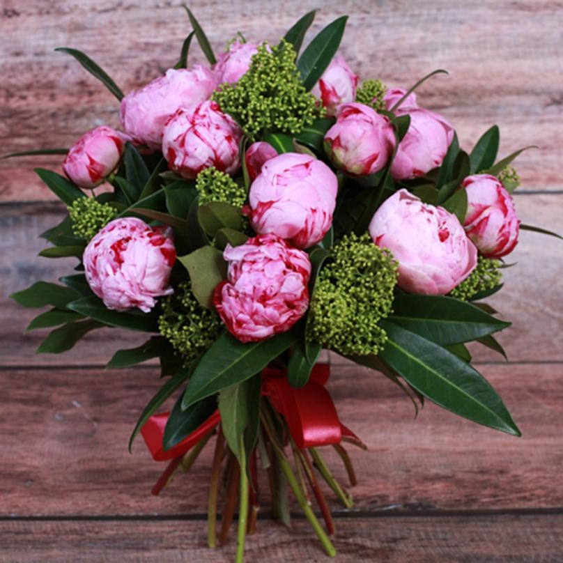 Фото 19 розовых пионов с зеленью