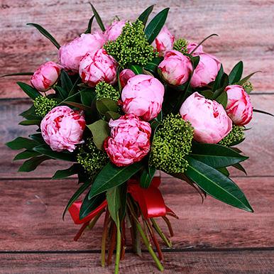 19 розовых пионов с зеленью