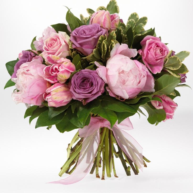 Фото Букет с пионами, розами, тюльпанами и зеленью
