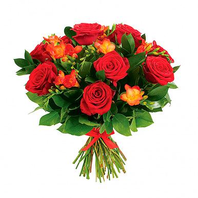 Букет из красных роз и фрезий с зеленью
