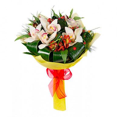 Букет из белой орхидеи и альстромерии с зеленью