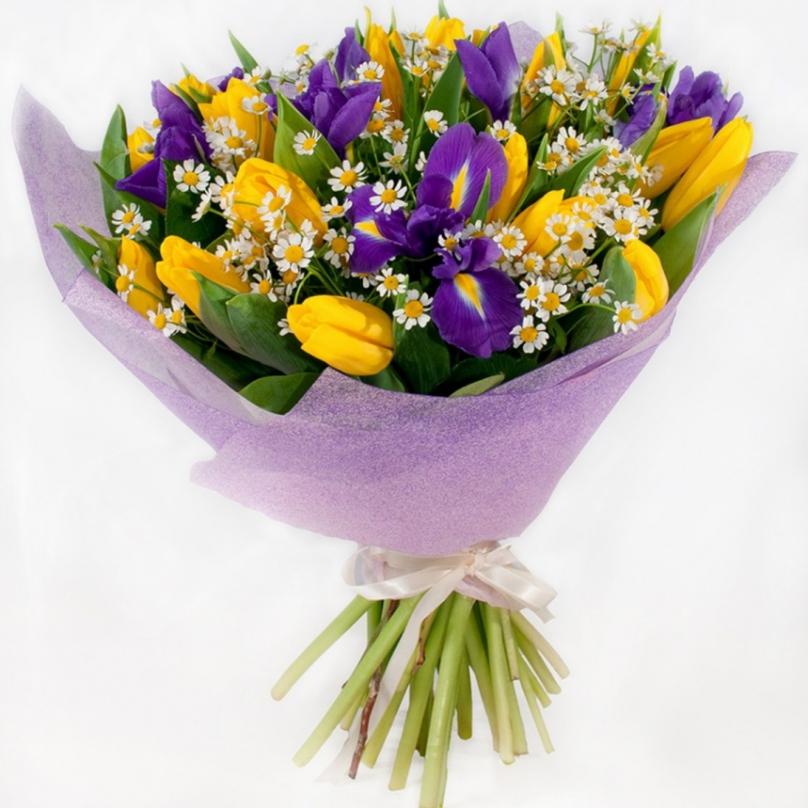Фото Букет с ирисами и желтыми тюльпанами