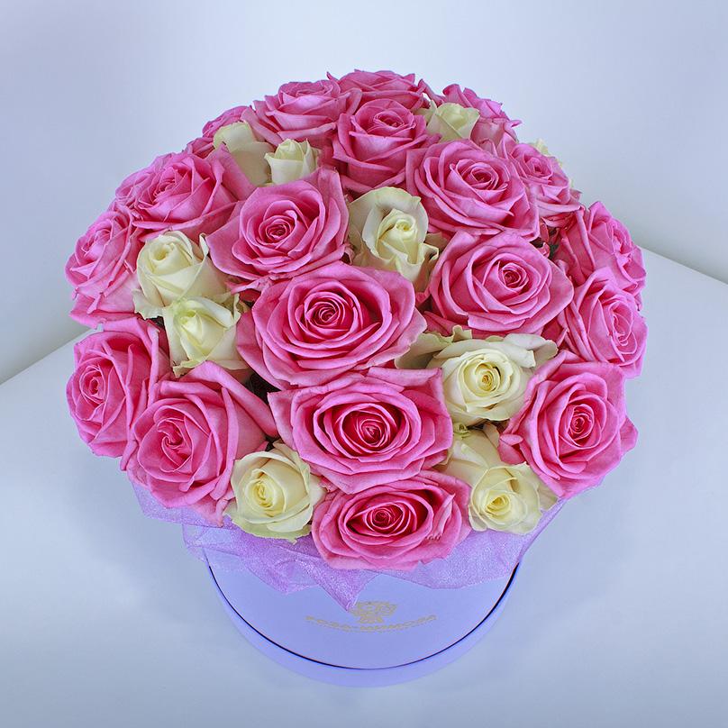 Фото Розовые и белые розы в шляпной коробке