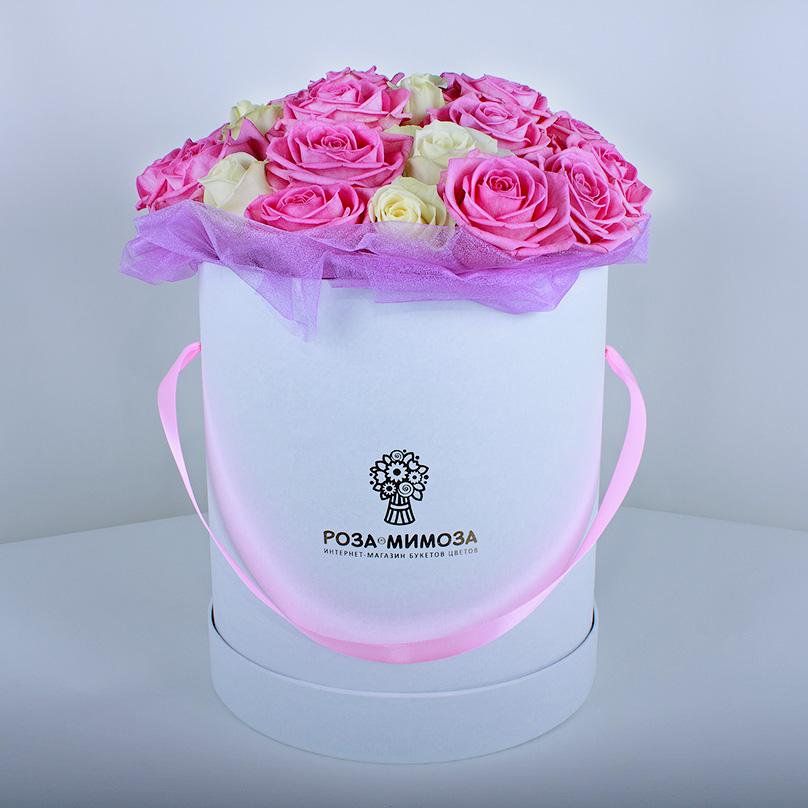 Фото Розовые и белые розы в белой коробке