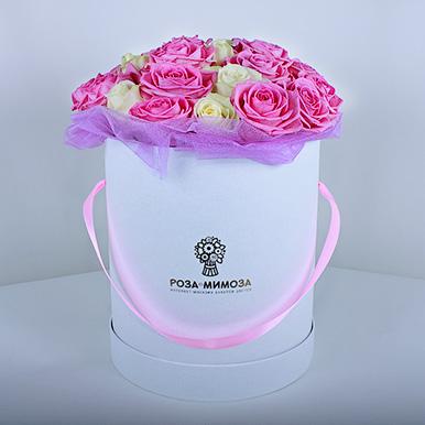 Розовые и белые розы в белой коробке