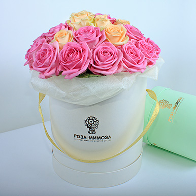Розовые и кремовые розы в кремовой коробке