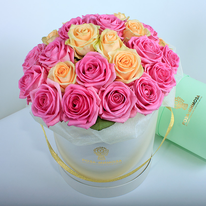 Фото Розовые и кремовые розы в кремовой коробке