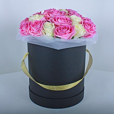 Розовые и белые розы в черной коробке