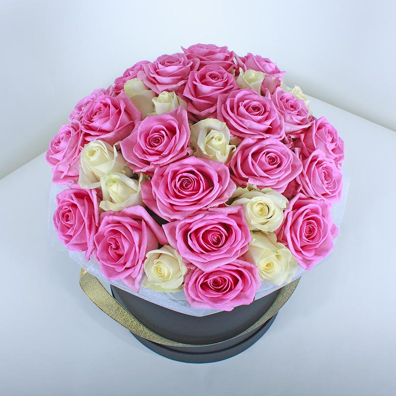 Фото Розовые и белые розы в черной коробке