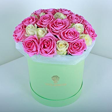Розовые и белые розы в зеленой коробке