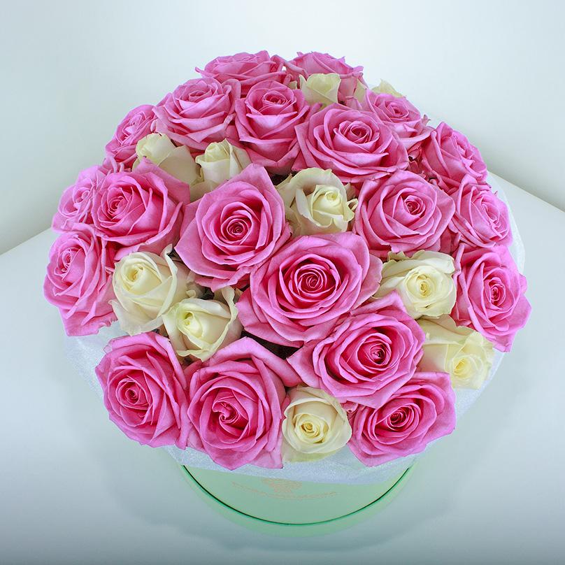 Фото Розовые и белые розы в зеленой коробке