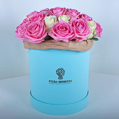 Розовые и белые розы в голубой коробке