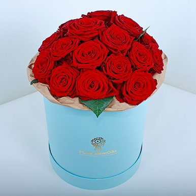 Красные розы «Ред Наоми» в голубой коробке