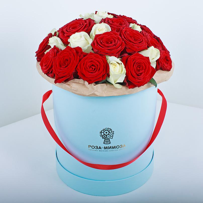 Фото Красные и белые розы в голубой коробке