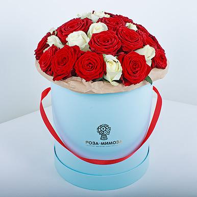 Красные и белые розы в голубой коробке