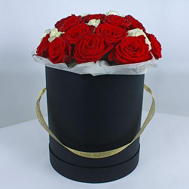 Красные и белые розы в черной коробке