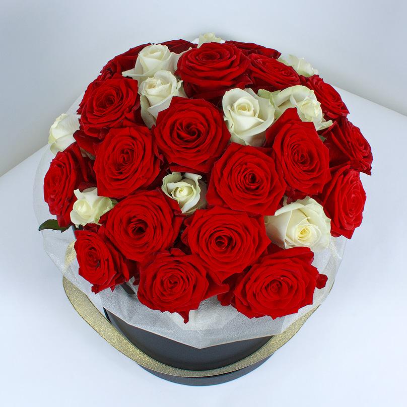 Фото Красные и белые розы в черной коробке