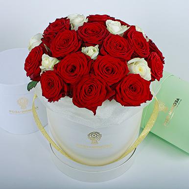 Красные и белые розы в кремовой коробке