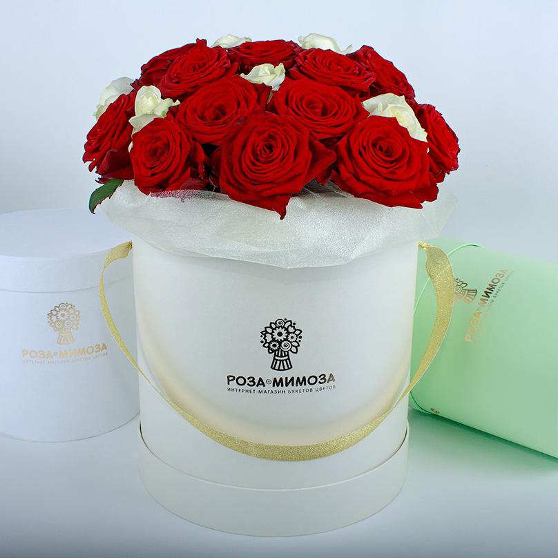 Фото Красные и белые розы в кремовой коробке