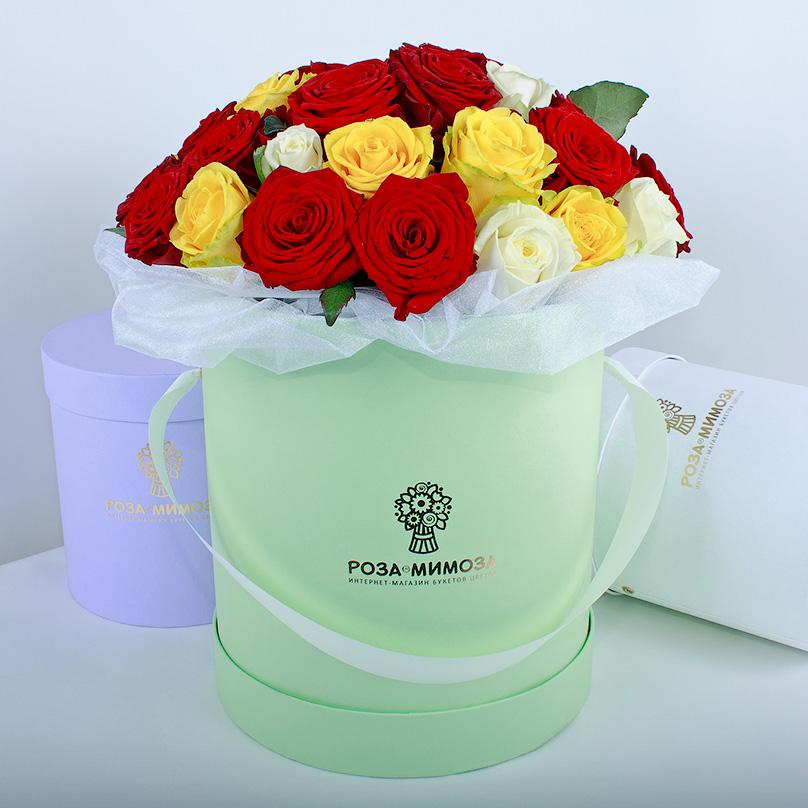 Фото Красные, желтые, белые розы в коробке