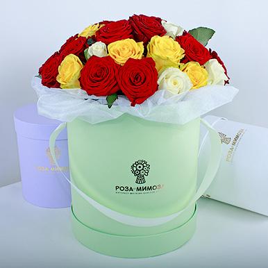 Красные, желтые, белые розы в коробке
