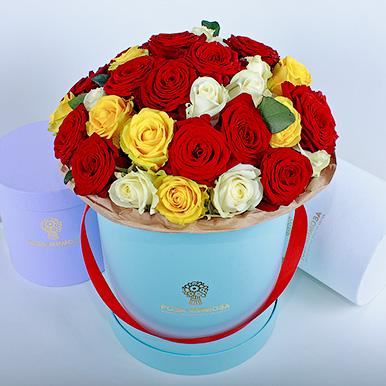 Красные, желтые, белые розы в голубой коробке