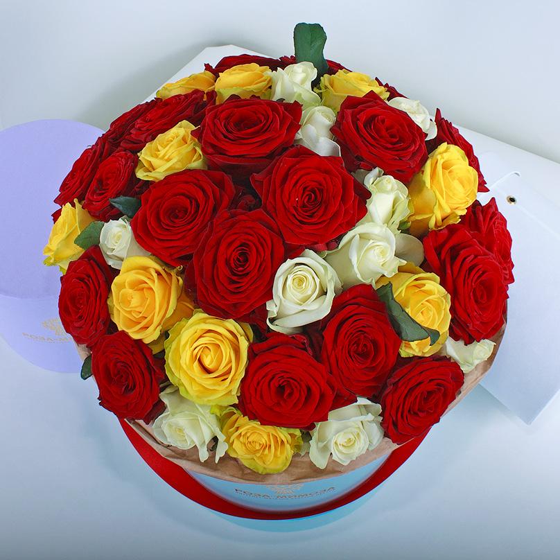 Фото Красные, желтые, белые розы в голубой коробке