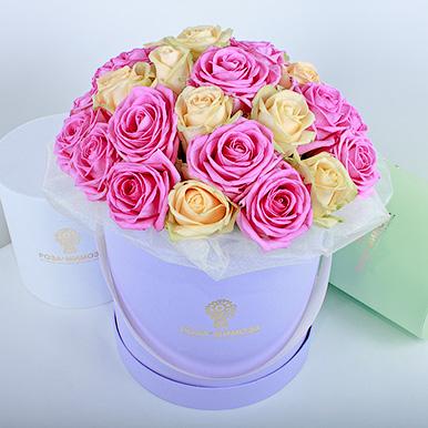 Розовые и кремовые розы в сиреневой коробке